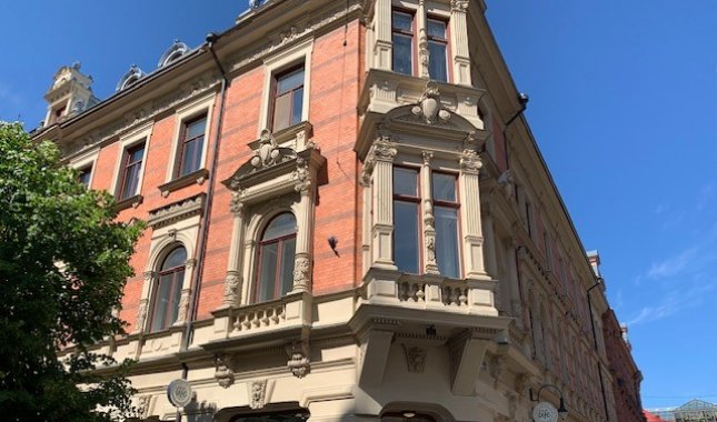 Nyrenoverad sekelskiftsvåning med burspråk och balkong mot Storgatan